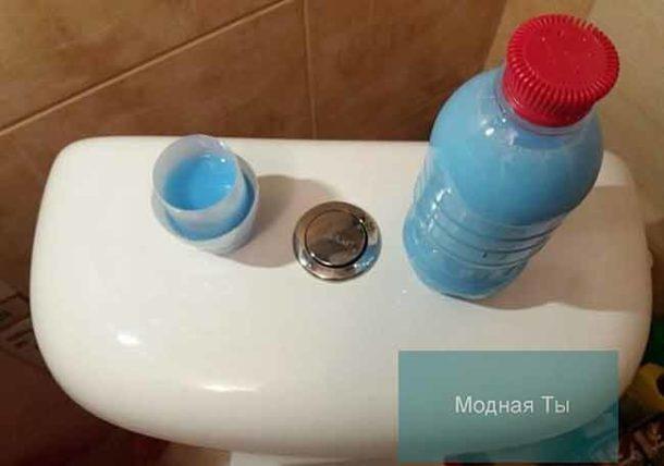 проделываем несколько отверстий в крышке бутылки и ставим этот «доморощенный» освежитель в бачок унитаза