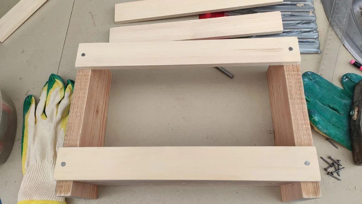 Для бортиков использовать узкие рейки. Померить их длину по конструкции. Они прибиваются небольшими гвоздиками