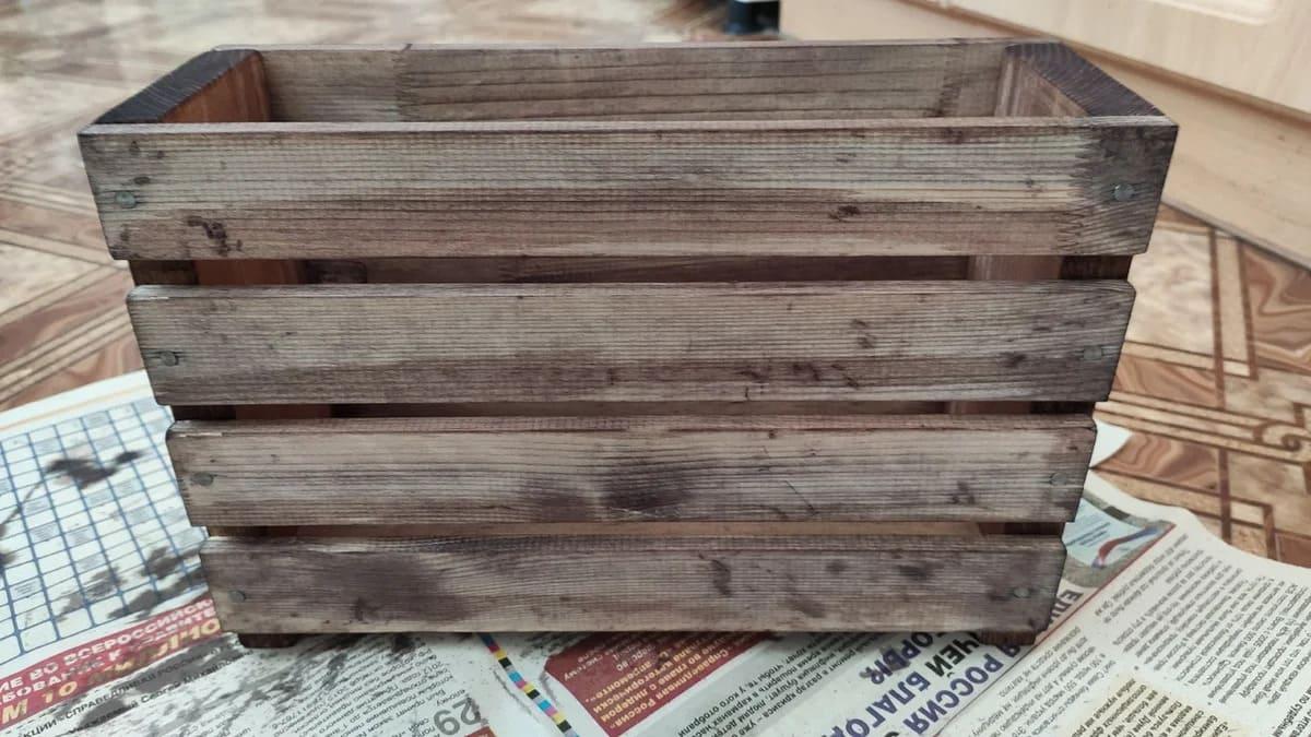 Теперь дизайн. Для этого красим древесину морилкой цвета орех или на ваш вкус